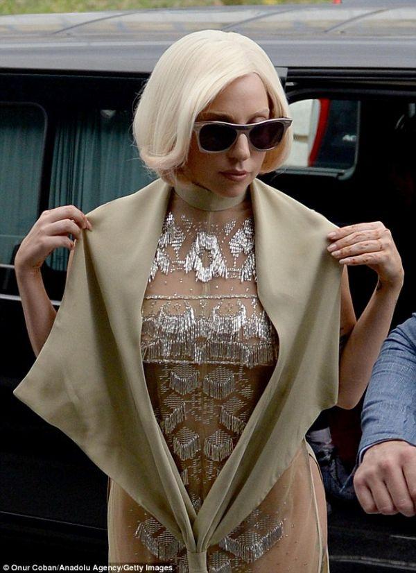O nouă apariție șocantă marca Lady Gaga: Uite cum a apărut artista în fața fanilor din Atena!