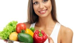 femeie care mananca legume