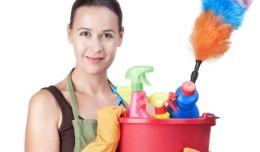 femeie curatenie casa